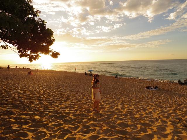 海辺に立つ女性の写真