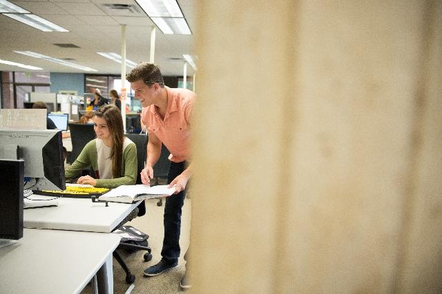 オフィスで働く男女を覗き見している写真
