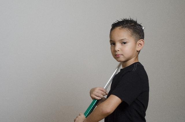 おもちゃの剣を持つ男の子の写真