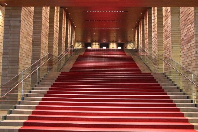 レッドカーペットが敷かれた階段の写真