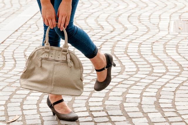 石畳の上に立つ女性の足元の写真