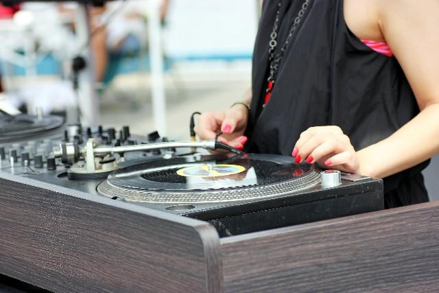 女性DJの写真
