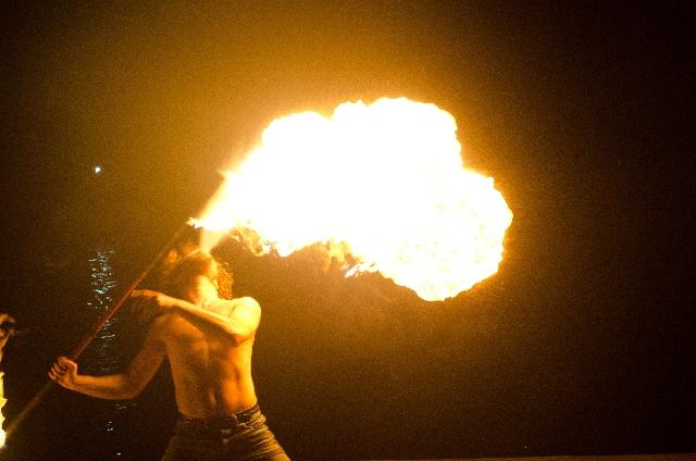 火を吹くパフォーマーの写真