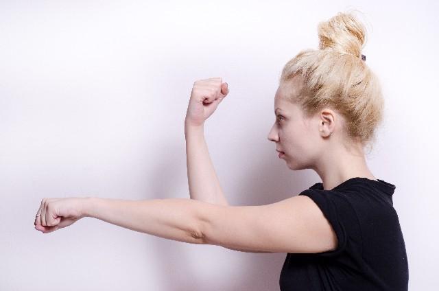 拳を突き出す女性の写真