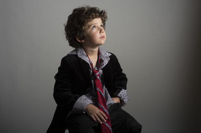 考え事をしている子供の写真