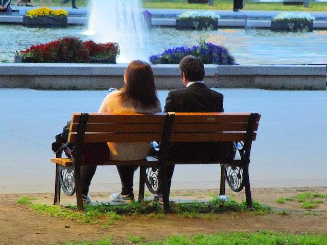 ベンチに座るカップルの写真