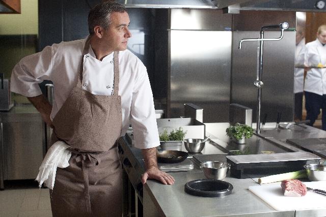 厨房に立つ男性の写真
