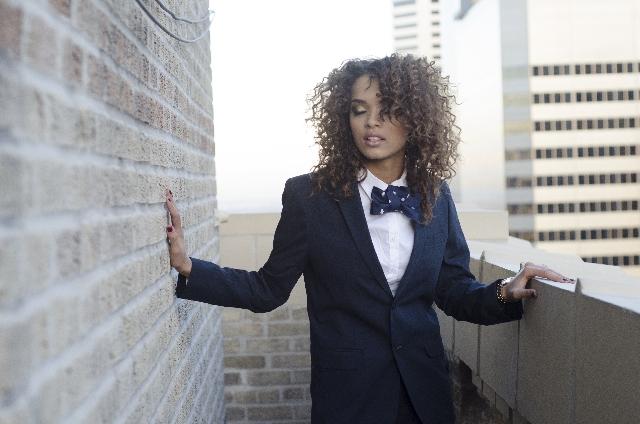スーツを着た黒人女性の写真