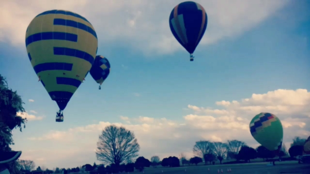飛んでいる気球の写真