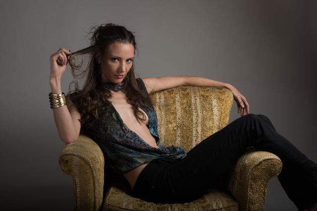 椅子に座っている女性の写真