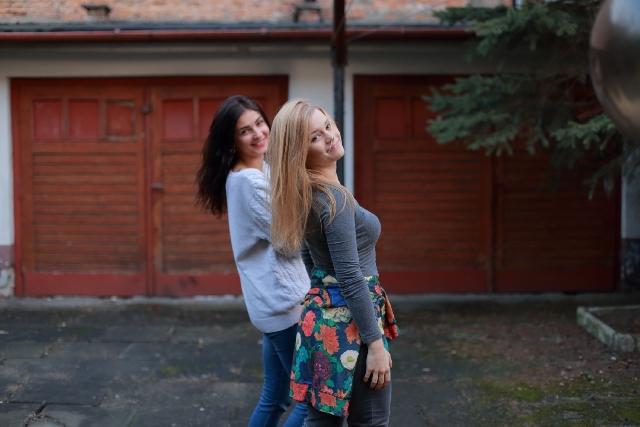 仲のいい女性二人組の写真