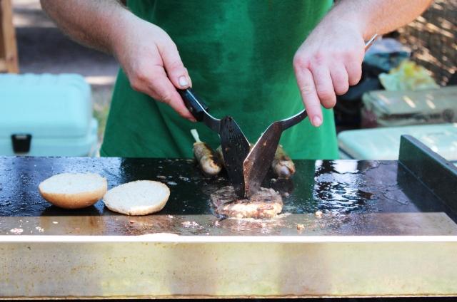 鉄板で肉を焼いている写真