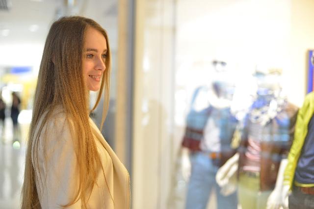 ウインドウショッピングをしている女性の写真