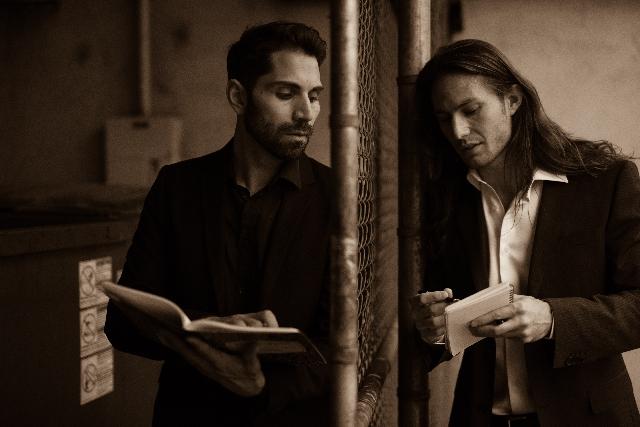 何かを計画している男性二人組の写真