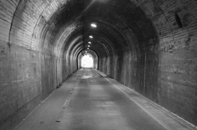 トンネルの中から撮ったモノクロ写真