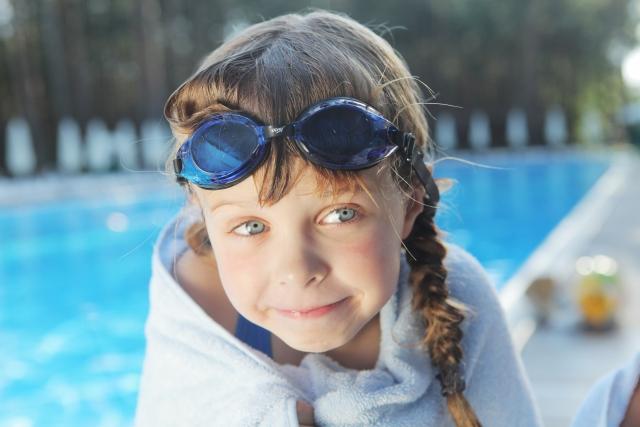 プールから上がったばかりの女の子の写真