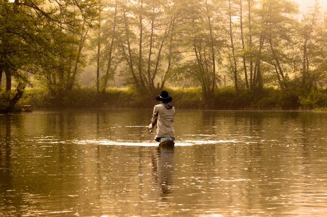 一人で釣りをする男性の写真