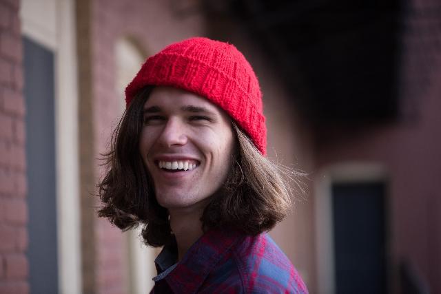 笑顔でカメラ目線の男性の写真