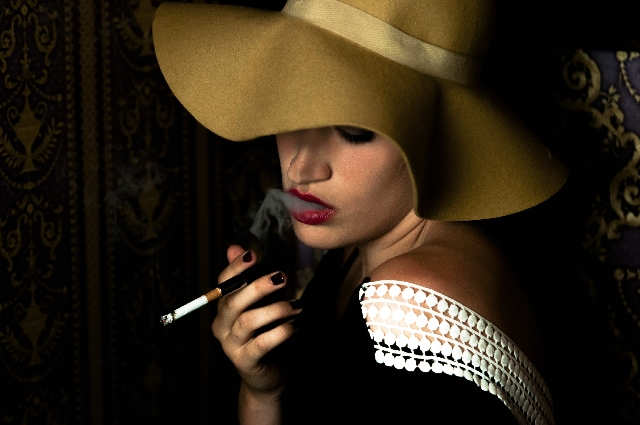 タバコをふかす女性の写真