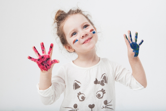 絵の具で遊ぶ子供の写真