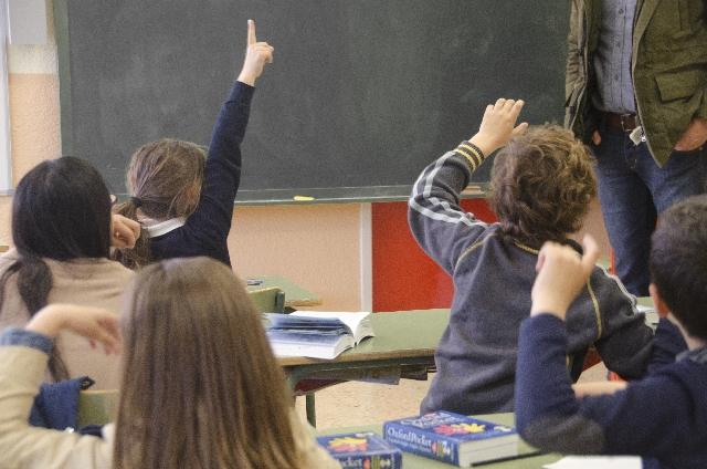教室で挙手する児童たちの写真