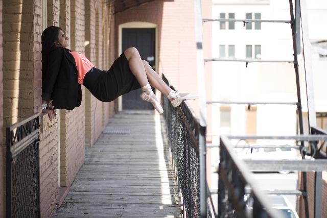 マンションの踊り場でポースをとる女性の写真