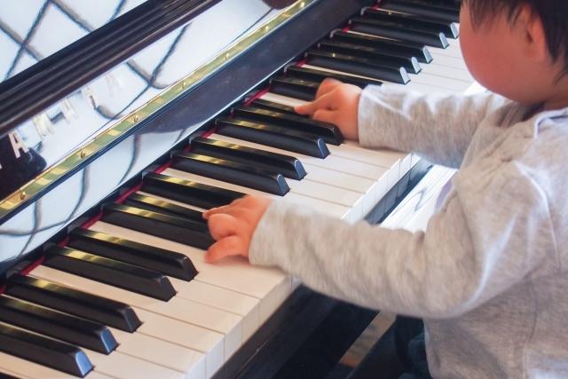 ピアノに触れる子供の写真