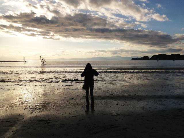 海辺に佇む女性の写真