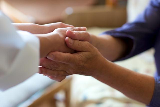 患者と握手する医者の写真