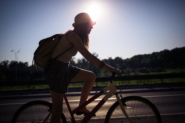マウンテンバイクに乗っている女性の写真