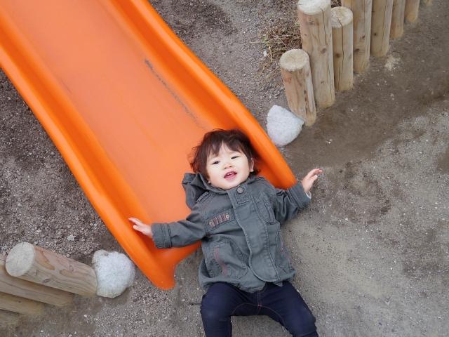 滑り台で遊んでいる男の子の写真