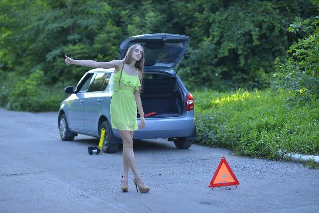車の事故で助けを求めている女性の写真