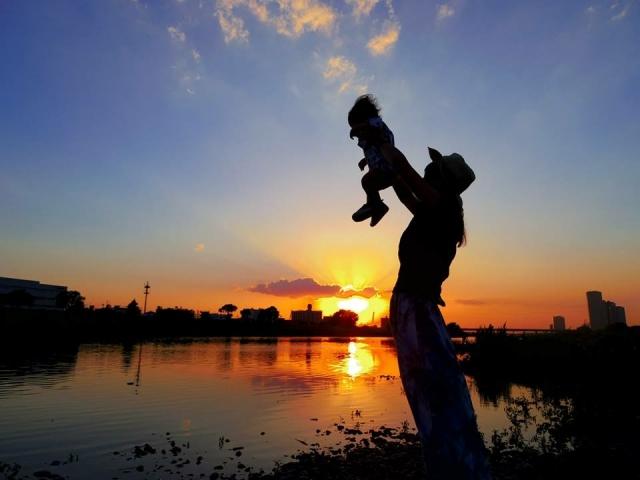 高い高いをして遊んでいる親子の写真