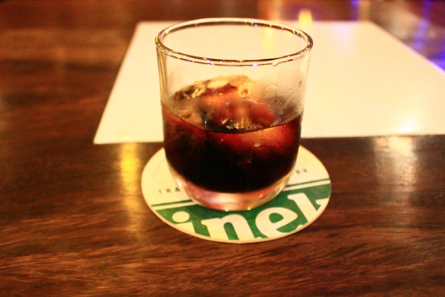 お酒の入った入ったショットグラスの写真