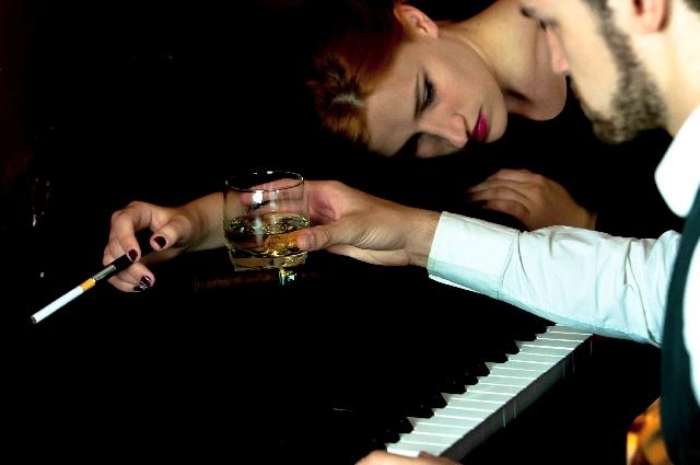 ピアノの上に横たわる女性の写真