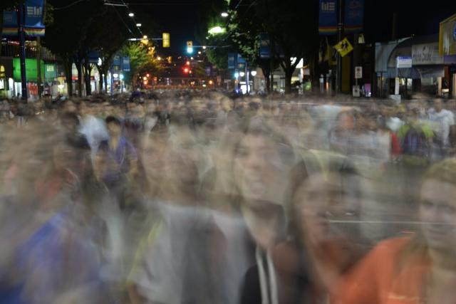 迫りくる人の群れを表現した写真