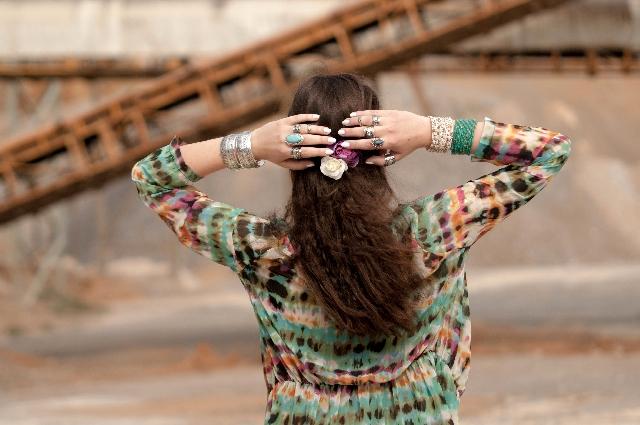 髪の長い女性の後ろ姿の写真