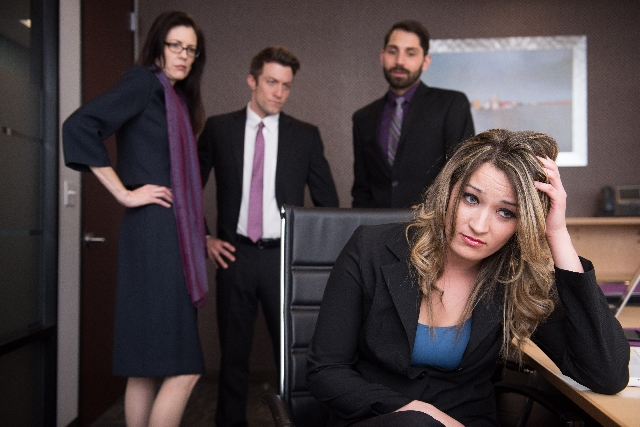 オフィスで悩んでいる女性の写真