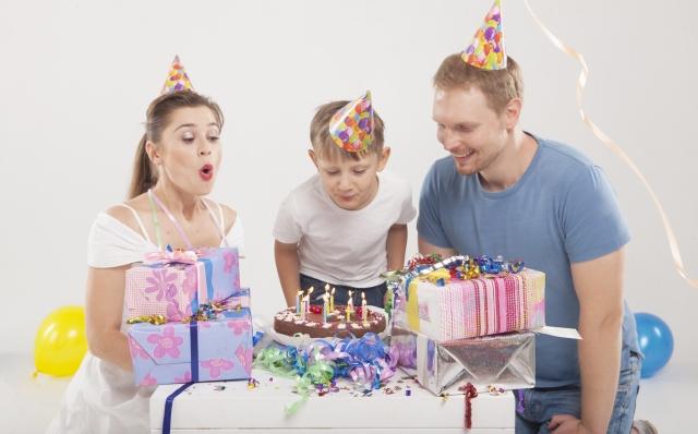 子供の誕生日を祝う家族の写真