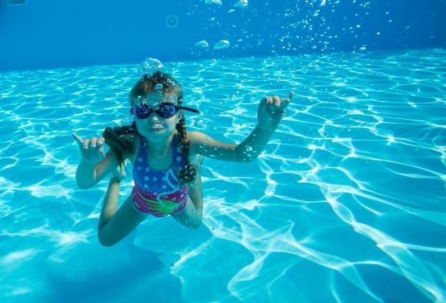 プールで泳いでいる子供の写真