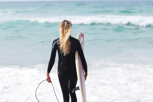 サーフィンをしている女性の写真
