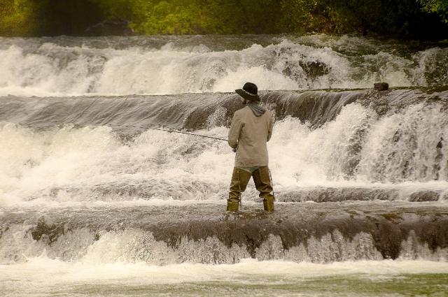 渓流で釣りをしている人の写真