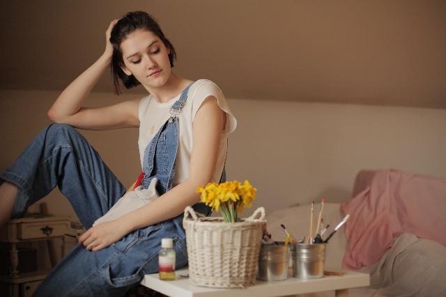 自宅でくつろぐ女性の写真