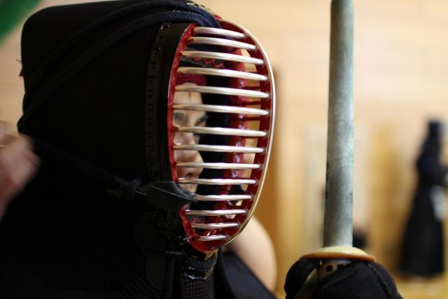 剣道の面を過分てい被っている人の写真