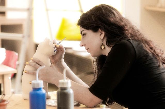 陶芸をしている女性の写真