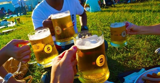 ビールで乾杯している人たちの写真