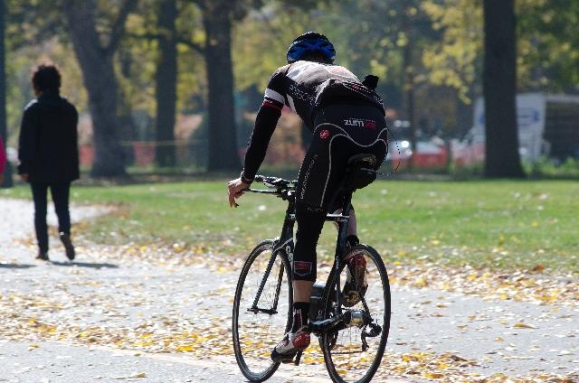 サイクリングをしている男性の写真