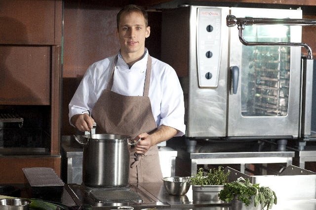 厨房に立っている男性の写真