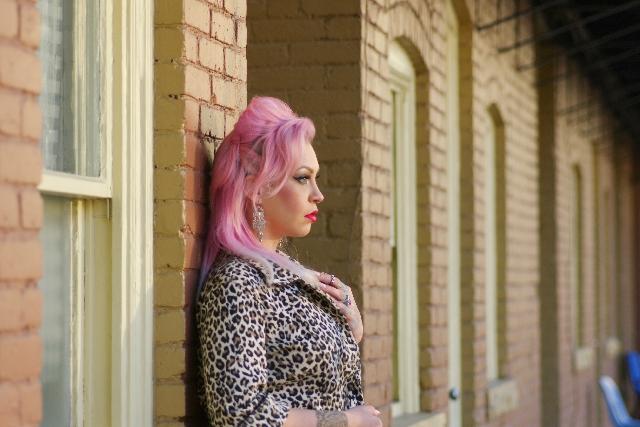 ピンク色に髪の毛を染めた女性の写真