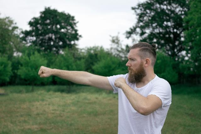 シャドーボクシングをしている男性の写真